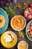 Tabella servita con piatti vegetariani mediorientale. Hummus, Teodori — Foto Stock