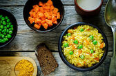 Indian vegetarian pilaf, Biriyani, with carrots and green peas — Foto de Stock