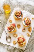 Bruschetta with figs, honey, goat cheese and walnuts — Stock Photo