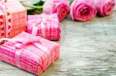 Fondo de San Valentín con regalos y flores — Foto de Stock