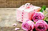 Valentine's background with gift and flowers — Stockfoto
