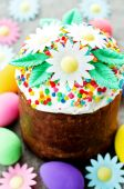 Easter cake with white flowers — Fotografia Stock