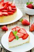 Cake with strawberries and cream cheese — Stock Photo