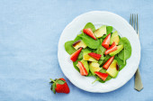 Salad with spinach, avocado and strawberries — Stock Photo