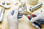在工作与工具水暖管道工 — 图库照片