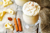 Krema tarçın ile süslenmiş sıcak beyaz çikolata — Stok fotoğraf