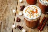 热黑巧克力奶油、 肉桂和盐渍陶瓷曝气器 — 图库照片