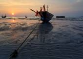 The fishing boat stuck on sand beach , Thailand — Stock Photo