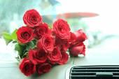 Buquê de rosas vermelhas no console do carro — Fotografia Stock