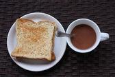 トーストとホット チョコレートのカップ — ストック写真