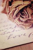 Close up van droge rose en liefde woord geschreven op kaart. Zacht licht v — Stockfoto