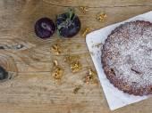 Plum pie with fresh plum and walnuts — Fotografia Stock
