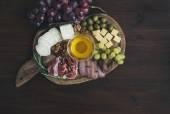 Şarap meze kümesi: et ve peynir seçimi, bal, üzüm, w — Stok fotoğraf
