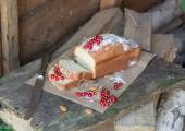 Fruit cake with red currant and almond in the garden — Stock Photo