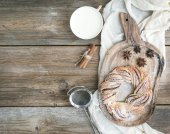 Village style breakfast set: sweet cinnamon ring bread and a cup — ストック写真