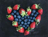 Saint Valentine's day greeting berry set: fresh garden straberri — Stock Photo