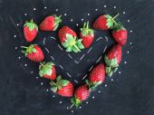 Saint Valentine's day greeting berry set: fresh garden strawberr — Stock Photo