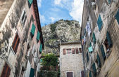 Typical local houses of the old town of Kotor, Montenegro, with  — ストック写真