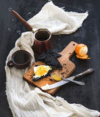 Breakfast set. Black bread toasts with tangerine marmelade and mascarpone cheese, fresh coffee on dark grunge backdrop — Stock Photo