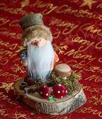 Weihnachts  Wichtel auf Baumscheibe — Stockfoto