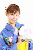 Young woman wearing Japanese kimono with paper Fan — Stock fotografie