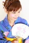 Jeune femme portant kimono japonais avec papier Fan — Photo