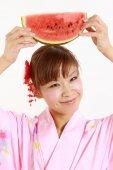 Jeune femme portant un kimono japonais avec la pastèque — Photo