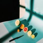 Нарезанные фрукты цитрусовые и нож — Стоковое фото