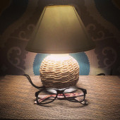 Night lamp and glasses — Stockfoto