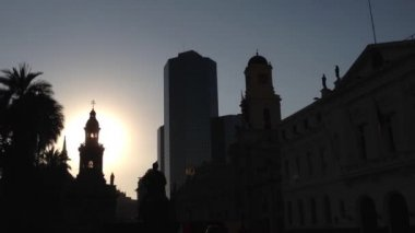 Sunset at Plaza de Armas tilt to the street with people in Santiago de Chile — Stock Video