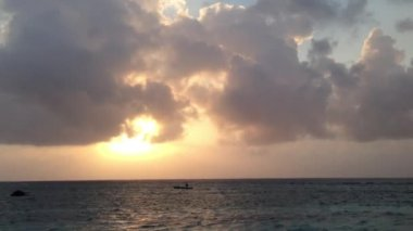 Sunset with a little boat at the San Blas Islands in Panama — Stock Video