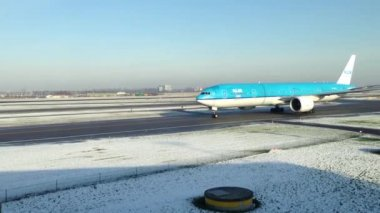 KLM airplane taxiing in the winter at Schiphol Airport, Amsterdam, the Netherlands — Stock Video