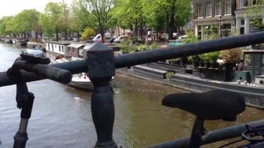 Bike on a bridge and Canal cruise in Amsterdam, The Netherlands — Stock Video