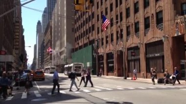 People crossing a pedestrian to a building in Manhattan, New York City, USA — Stock Video