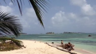 Kids playing at the San Blas Islands in Panama — Stock Video