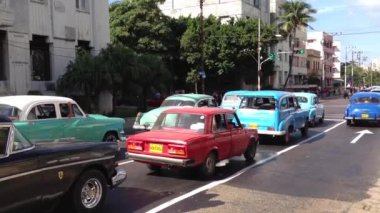 Old classic car taxis in Havana, Cuba — Stock Video