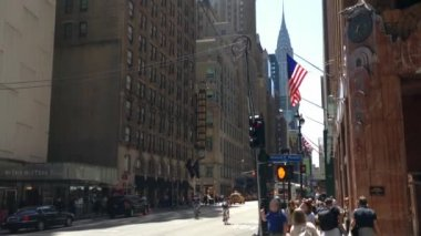 In the streets of Manhattan with the Chrysler building, New York City, USA — Stock Video