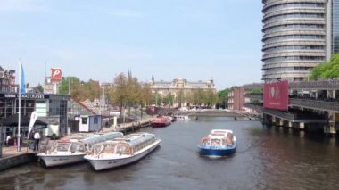 Canal cruise ships in Amsterdam, The Netherlands — Vídeo Stock
