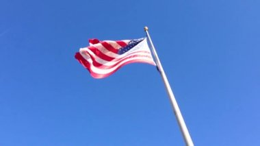 American flag with a blue sky in Houston, Texas, USA — Stock Video