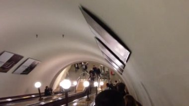 Metro station escalator in Moscow, Kremlin — Vídeo Stock