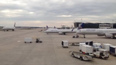 Airplanes taxiing at Houston airport, Texas, USA — Stok video