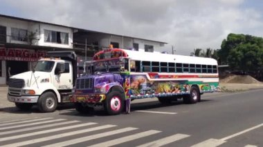 Colorful Red Devil Bus arriving and leaving in Panama — Vídeo de stock