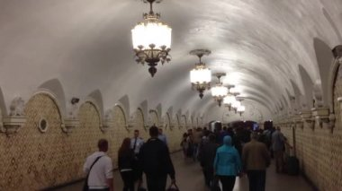 Busy crowd in Metro station in Moscow, Kremlin — Stock Video