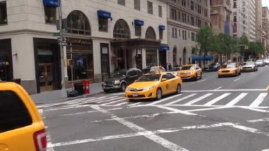 Cacerola de taxis en manhattan, nueva york, estados unidos — Vídeo de stock
