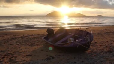 Boat at the beach during sunrise at mission beach with dunk Island in Australia — Stock Video