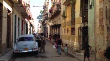 People walking in the streets of Havana, Cuba — Stock Video