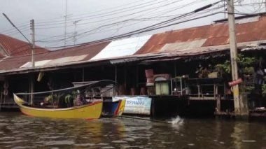 Boat passing by at Damnoen Saduak Floating Market, Bangkok, Thailand — Stock Video