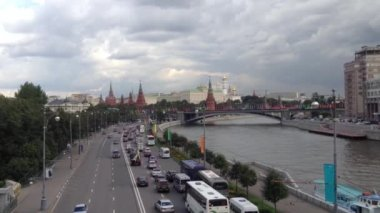 Traffic next to the Moskva River with the Kremlin in Moscow, Russia — Stok video