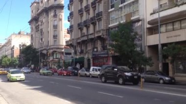 Traffic In Front Of The La Mundial, The World's Narrowest Building In Cordoba — Stock Video
