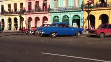 Classic cars and colourful houses downtown Havana, Cuba — Stok video